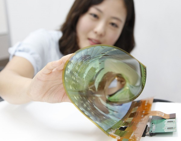 LG показала дисплей, скручивающийся в трубочку
